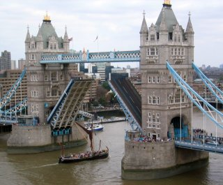 tower_bridge_open_for_shipping2.jpg
